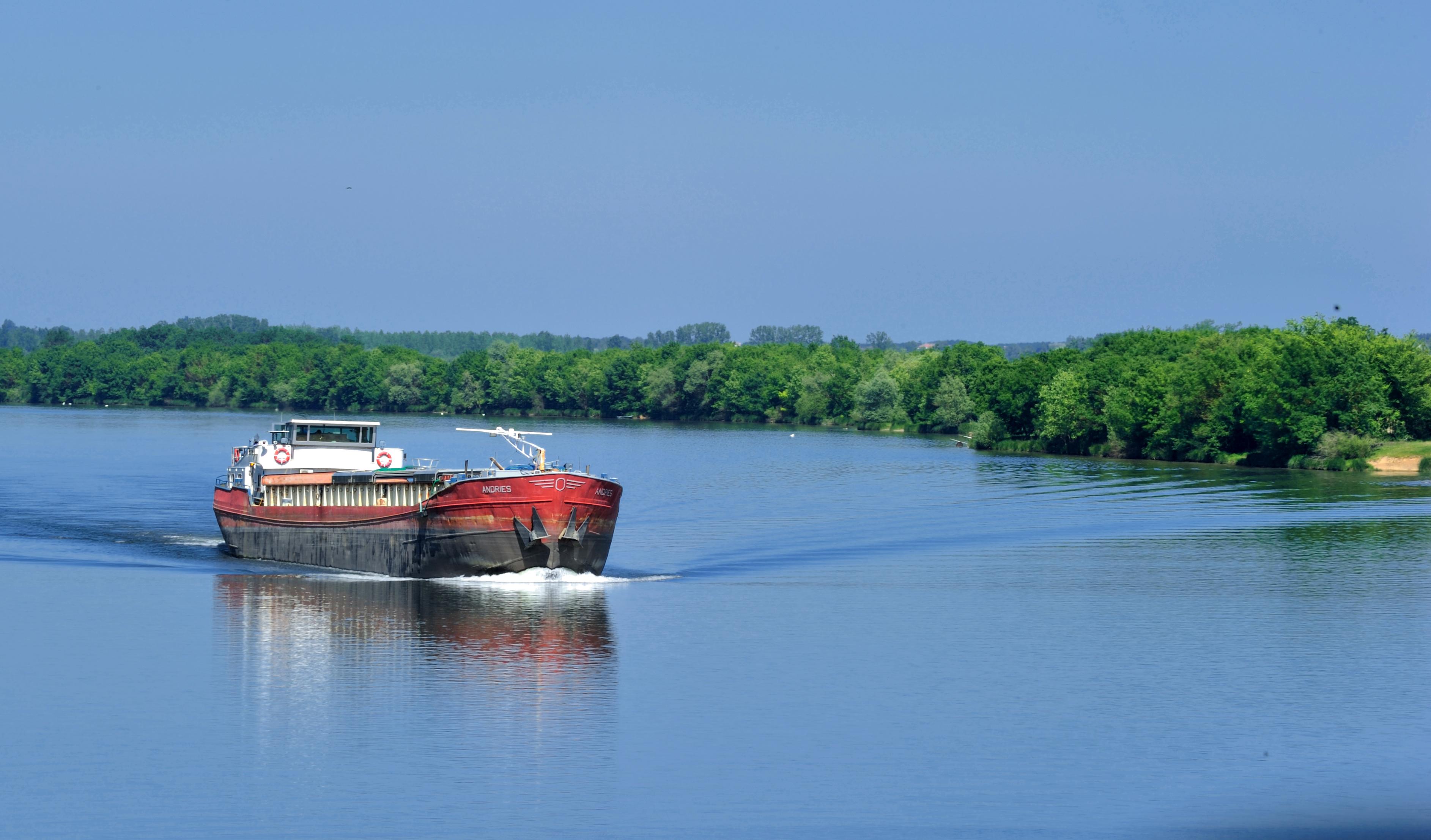 Péniche naviguant sur un fleuve